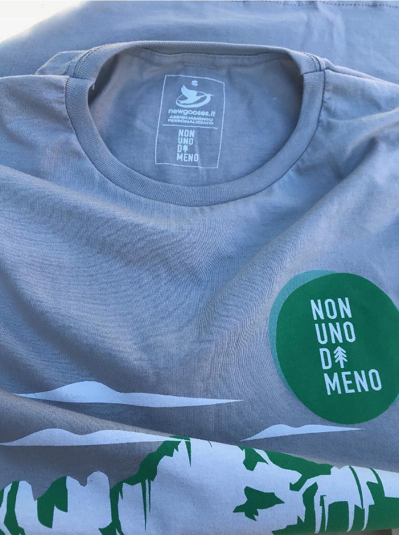 etichetta t-shirt non uno di meno